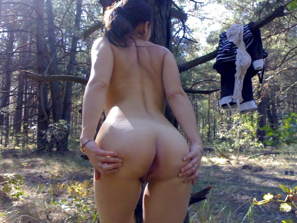Женская попка в чаще леса видео молодая