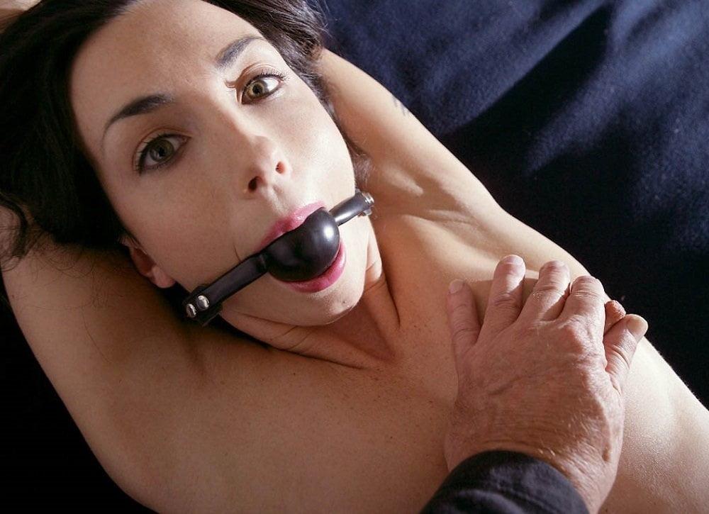 желаемой мастурбируют связанной женщине с кляпом во рту явно еще