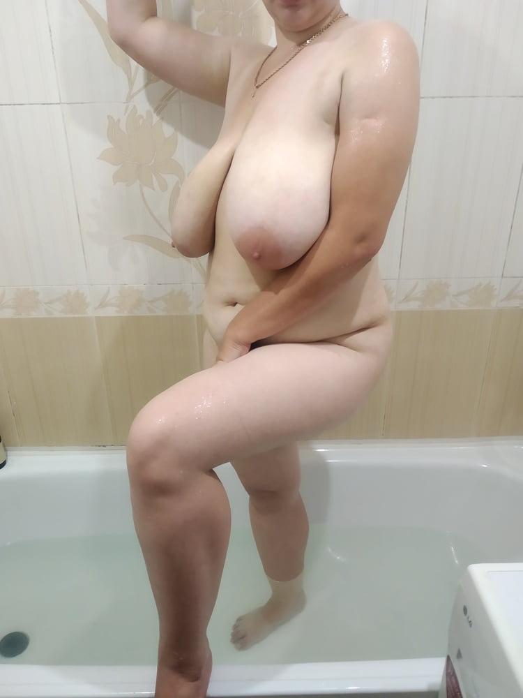 MILF in Bathroom ))) - 9 Pics