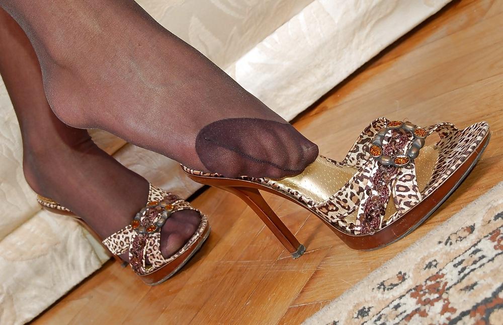 Amateur Woman shows Pantyhosefeet adult photos