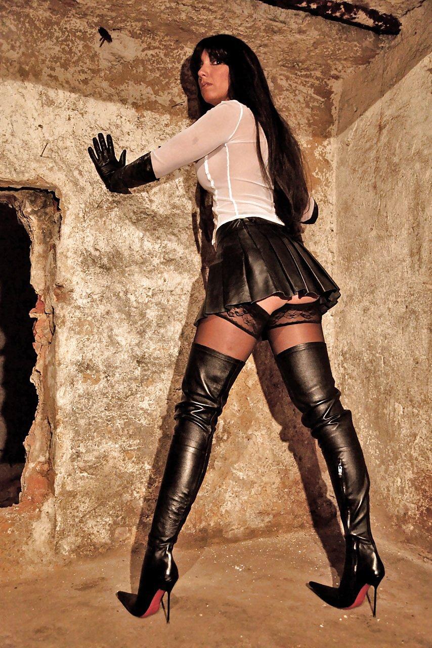 трахни девушку в черных длинных сапогах мамы
