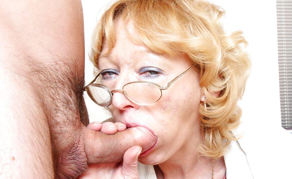 Зрелая тетка в очках сосет молодому, секс игрушки глубоко анал длинные