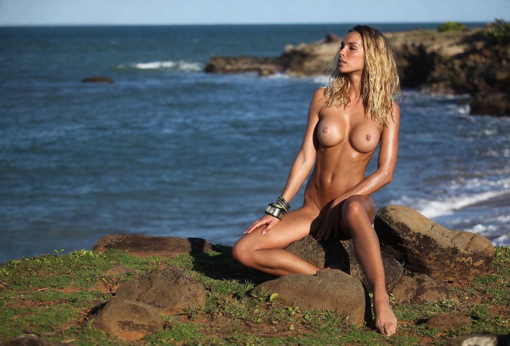 amber-survivor-nude